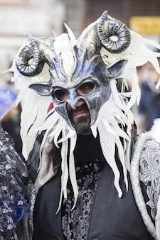 세계적으로 유명한 카니발 기간 동안 전통적인 베니스 가면을 쓴 남성