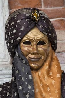 世界的に有名なカーニバル中に伝統的なヴェネツィアのマスクの男性