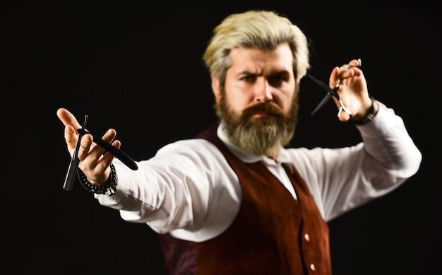 이발소에서 남자입니다. 금발에 머리를 염색한 성숙한 남자. 빈티지 이발소 스타일링. 이발사 도구. 이발소 도구 및 남성 액세서리. 힙스터 이발사. 콧수염과 백인 소식통입니다.