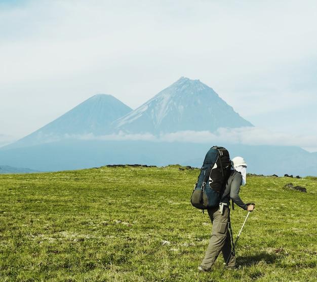 カムチャツカ半島でハイキング中の男性