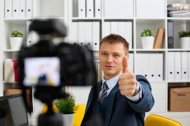 Мужчина в костюме и галстуке подтверждает знак