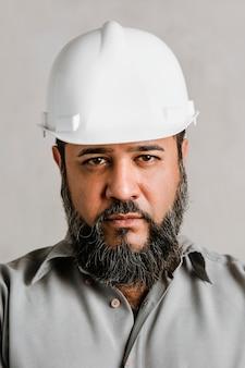 Индийский инженер мужского пола в шлеме для защиты