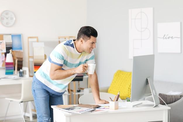 그의 사무실에서 일하는 남성 인테리어 디자이너