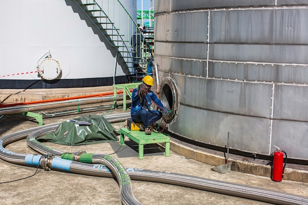 燃料タンクの化学領域に閉じ込められたスペースへの男性