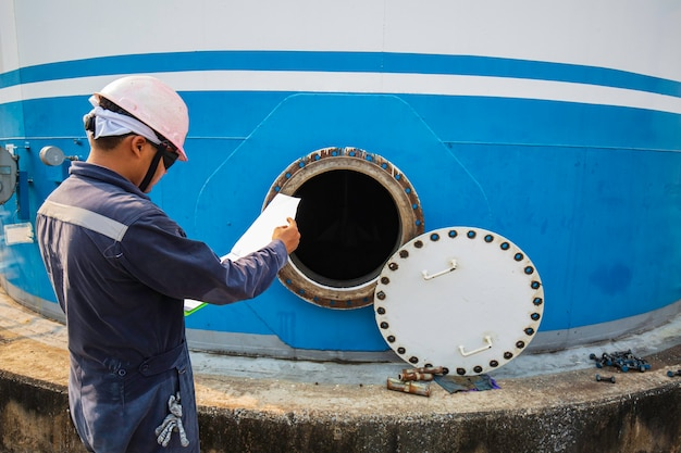 燃料タンクのオイルエリアに閉じ込められたスペースの安全ブロワーの新鮮な空気に男性