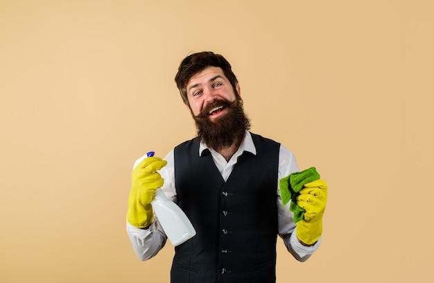 청소 장비를 가진 남성 관리인은 청소 제품과 유니폼 고무 장갑에 수염된 남자