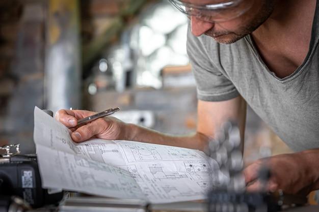 ワークショップで木材を扱う過程での男性の指物師。