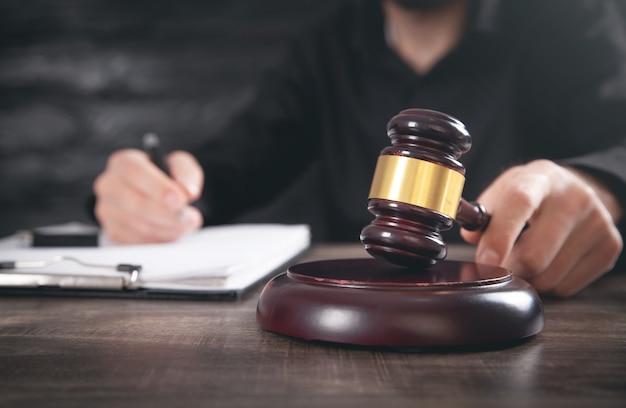 망치를 치는 법정에서 남성 판사.