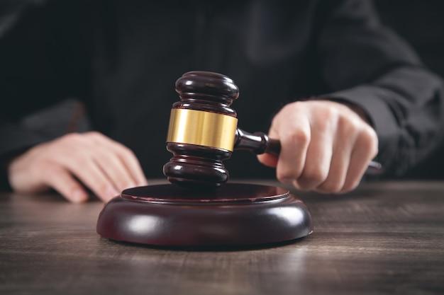 法廷でガベルを打つ男性裁判官。