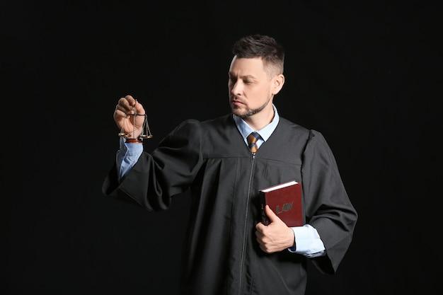 Судья-мужчина на темной стене