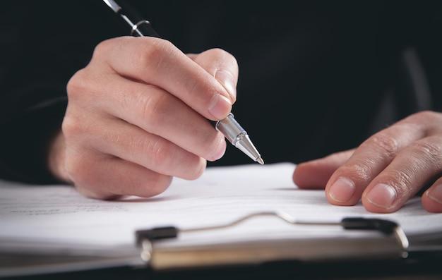 남성 판사 문서에 서명합니다. 정의와 법 개념