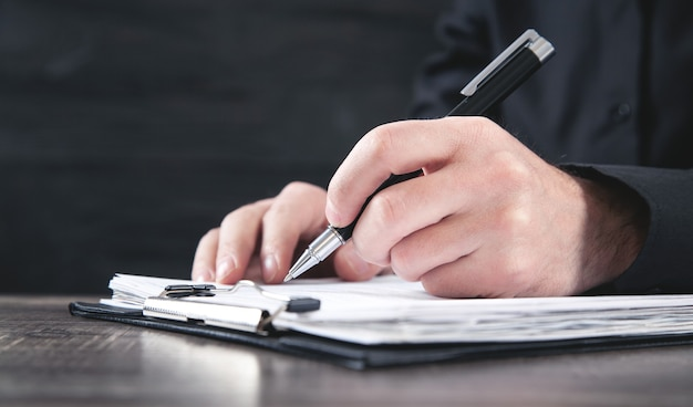 문서에 서명하는 남성 판사. 정의와 법 개념