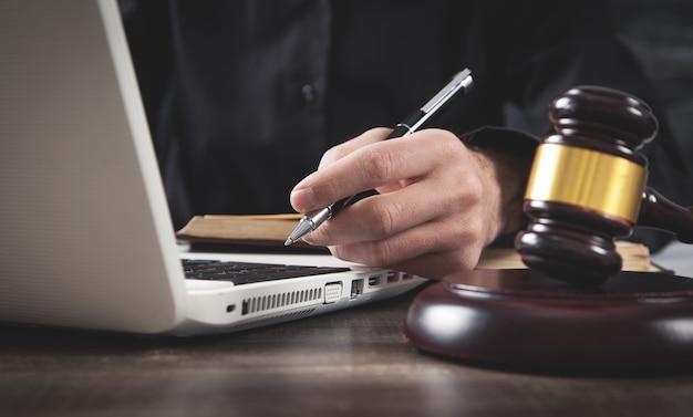 法廷で働く男性裁判官。