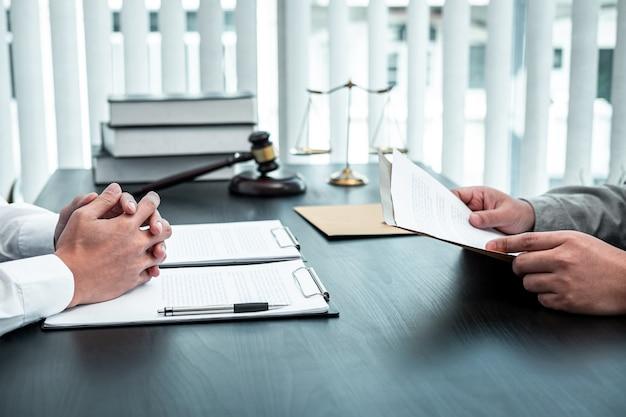 Мужчина-юрист обсуждает юридическое дело переговоров с клиентом, встречающимся с документом о контракте в офисе, закон и правосудие, поверенный, концепция иска.