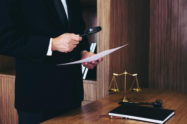 Мужской адвокат, читающий юридическое соглашение и рассмотрение документов