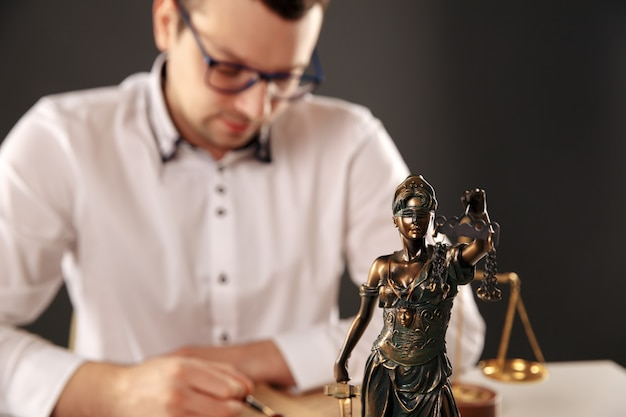 법정에서 계약서와 나무 망치로 일하는 남성 변호사. 정의와 법, 변호사, 법원 판사, 개념.