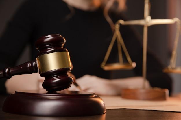법정 사법 및 법률 변호사 법원 판사에서 tabel에 계약 서류 및 나무 망치로 일하는 남성 변호사