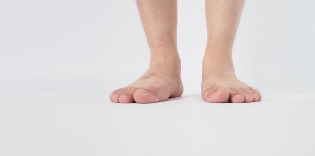 男性の脚は白い背景で隔離されます