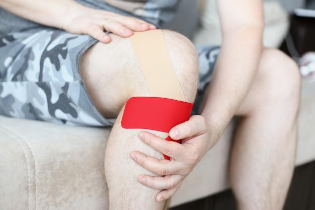 Мужская нога с коленным бандажом после травмы