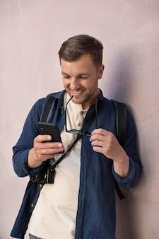 그의 전화를 확인하는 남성 현지 여행자