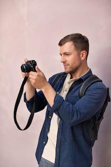 카메라와 함께 남성 현지 여행자
