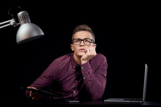 Мужской менеджер в помещении общение красная рубашка модель очки новые технологии