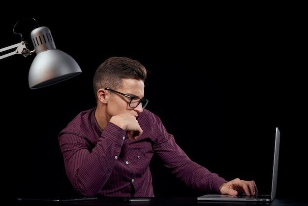 Мужчина-менеджер в помещении темное общение в красной рубашке модель очки новые технологии