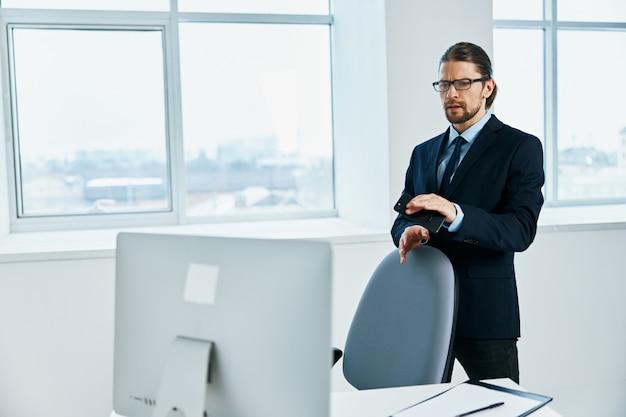 Мужчина-менеджер возле рабочего стола рабочего процесса образа жизни