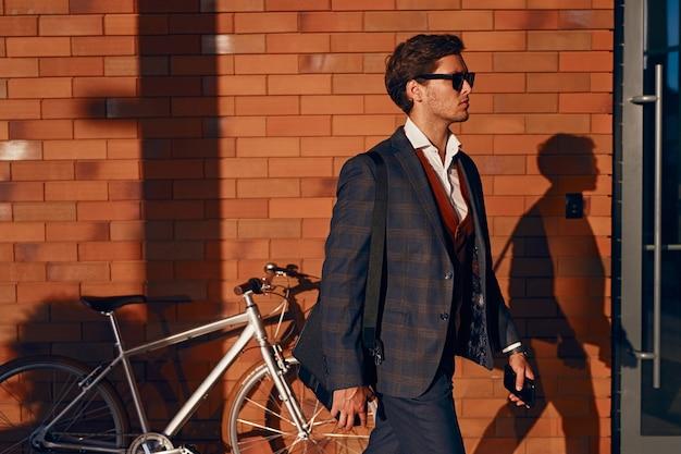 도시에서 일하기 위해 걷는 남성 관리자