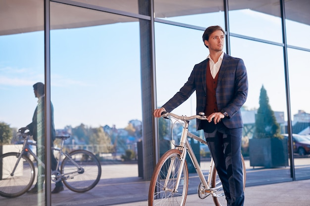 도시 거리에 자전거와 함께 남성 관리자