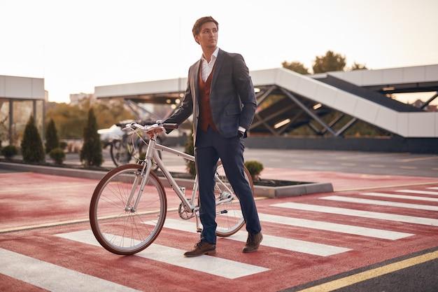 横断歩道で自転車と男性マネージャー