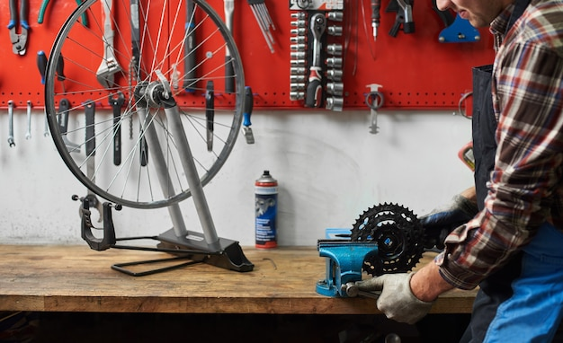 工具を使った自転車修理店での男性整備士製作サービス