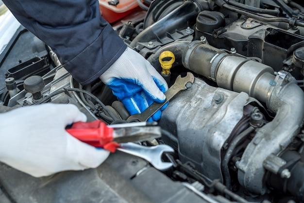 자동차의 렌치 키 검사 엔진을 사용 하여 남성 정비공. 자동 서비스