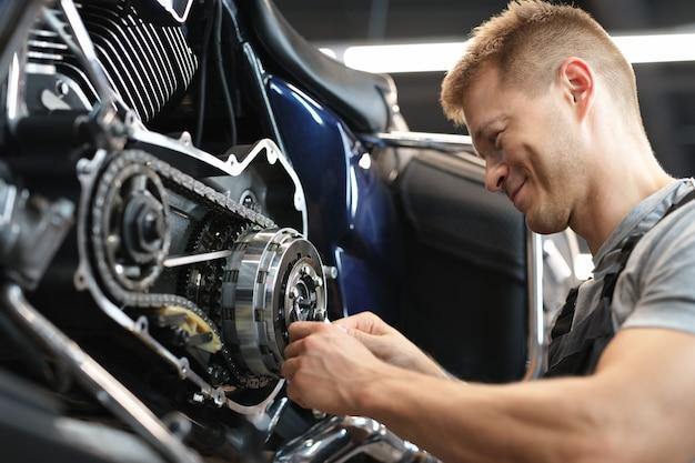 特別なサービスの肖像画の男性メカニック修理バイク