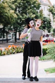 공원에서 남성 mime 무섭게 여성 mime