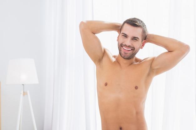 男性モデル。素晴らしい気分であなたに微笑んでいる喜んでいる素敵な男