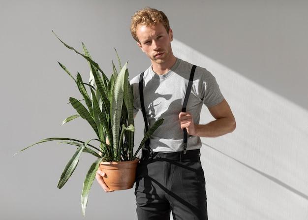 식물 전면보기를 들고 남성 모델