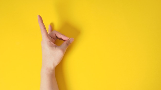 男性モデルは黄色い黒地に「悪魔の角」の手サインをしています。