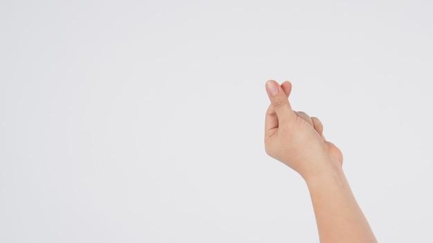 Мужская модель делает знак рукой мини-сердце.