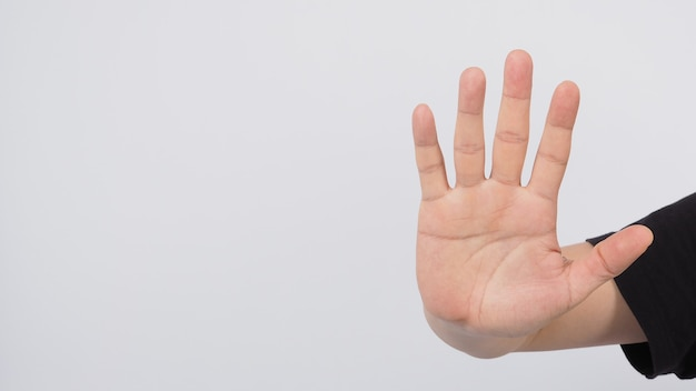 男性モデルは5本の指を見せてストップハンドサインをしています。