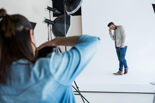 사진 촬영을 위해 포즈를 취하는 남성 모델