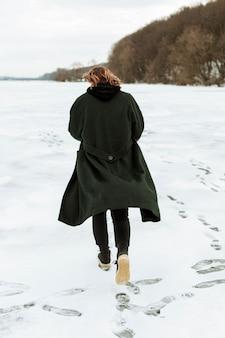 冬の服でポーズをとる男性モデル