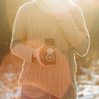 레트로 카메라를 사용하는 남성 모델