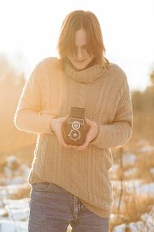 Modello maschile utilizzando una fotocamera retrò