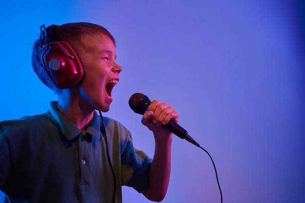 Мужская модель с микрофоном, поющим караоке. тонированное. цветные.