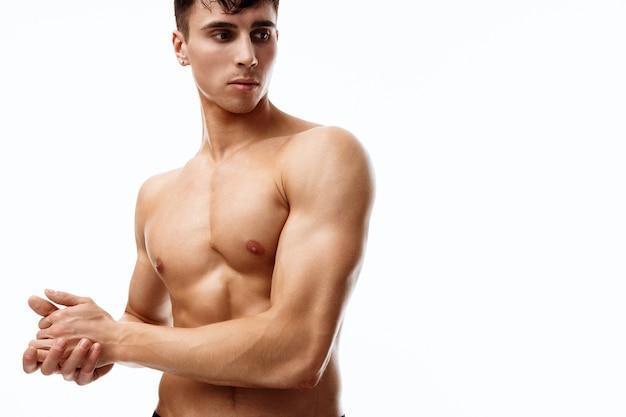 腕の筋肉をポンプでくみ上げた男性モデルが横を向いている