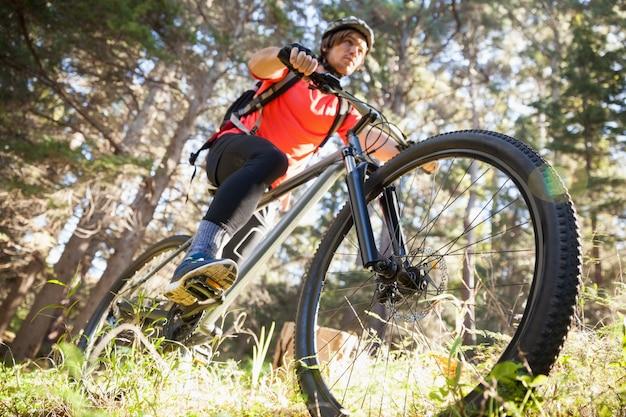 Мужской горный байкер езда на велосипеде в лесу