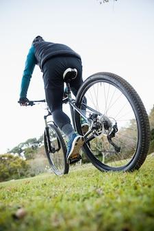 Мужской горный байкер езда на велосипеде
