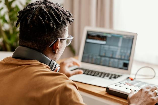 노트북을 사용 하여 집에서 남성 음악가