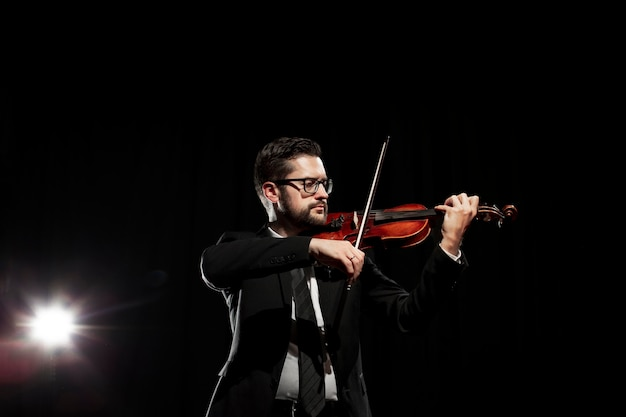 バイオリンを弾く男性ミュージシャン
